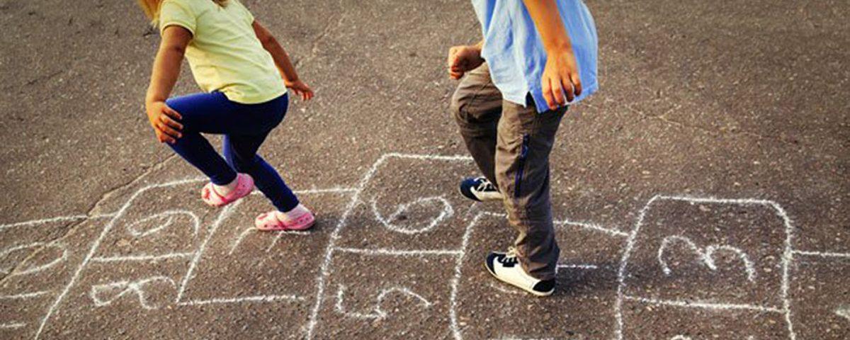 Crianças brincando de amarelinha