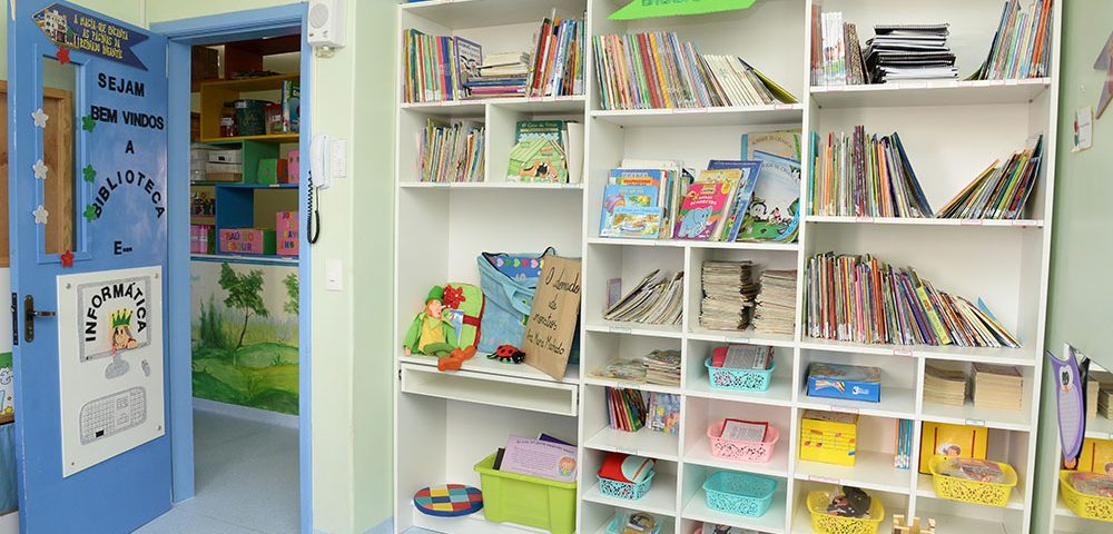 Foto da biblioteca e sala de informática da Escola Reinado Infantil
