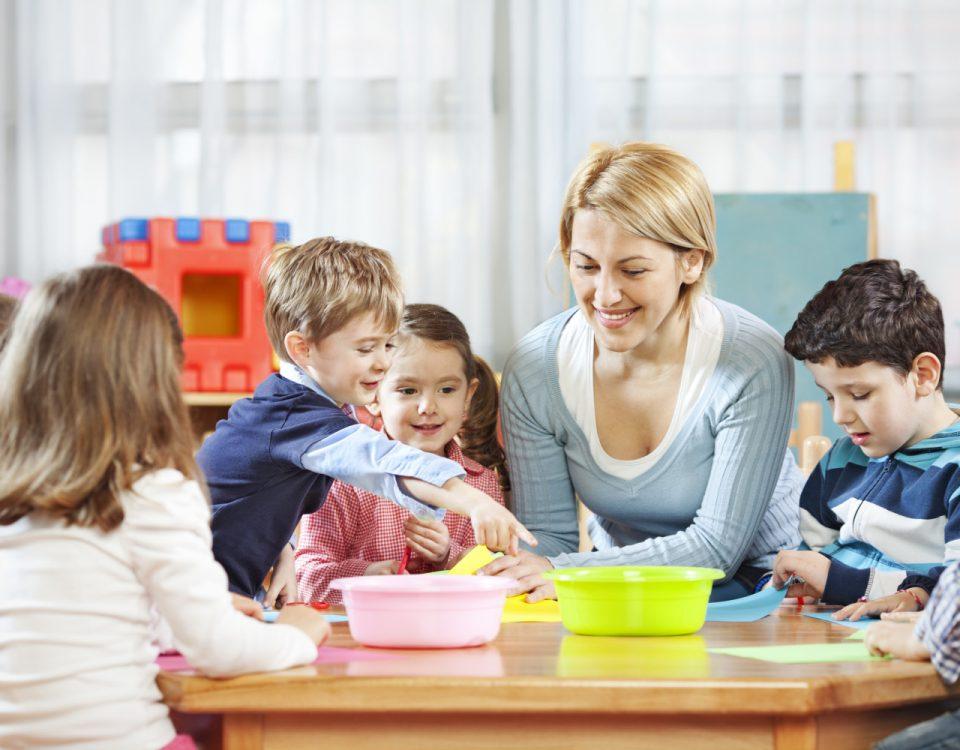 Professora conversando com crianças na sala de aula da pré-escola