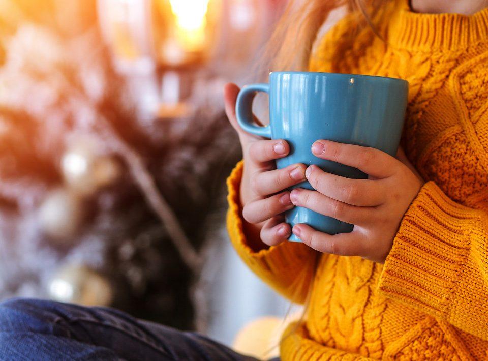 Menina toamndo chá no inverno